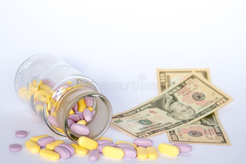 医疗药片在金钱 库存照片