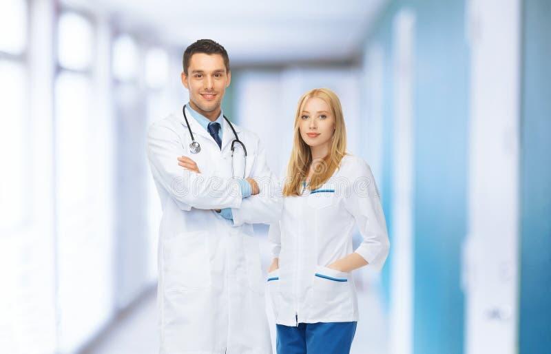 医疗设施的两位年轻可爱的医生 图库摄影
