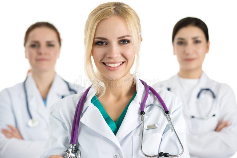 医疗队围拢的女性医生画象 免版税库存图片