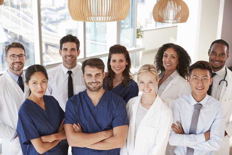 医疗队画象在医院 免版税库存照片