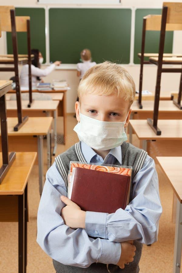 医疗面罩的小学生 免版税库存图片