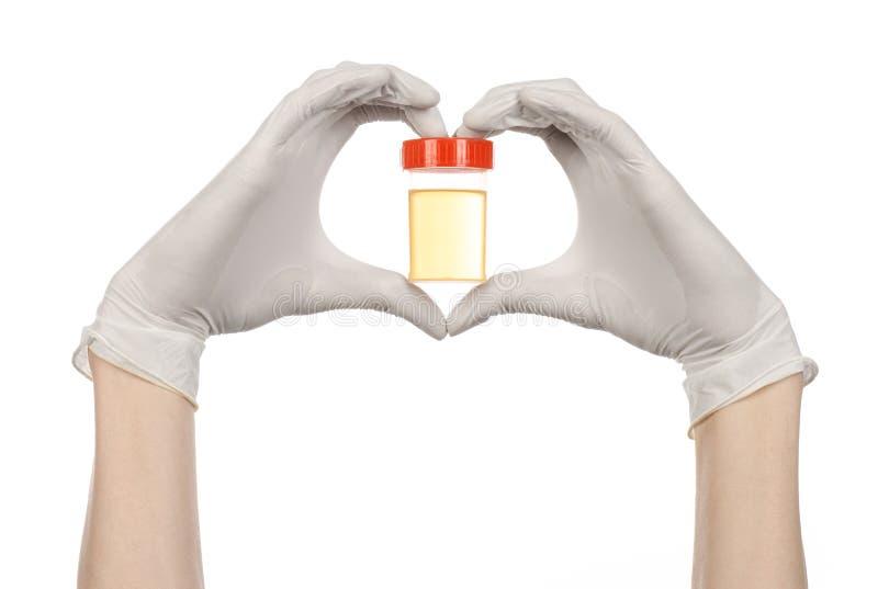 医疗题材:在拿着有对在白色背景的尿的分析的白色手套的医生的手一个透明容器 库存照片