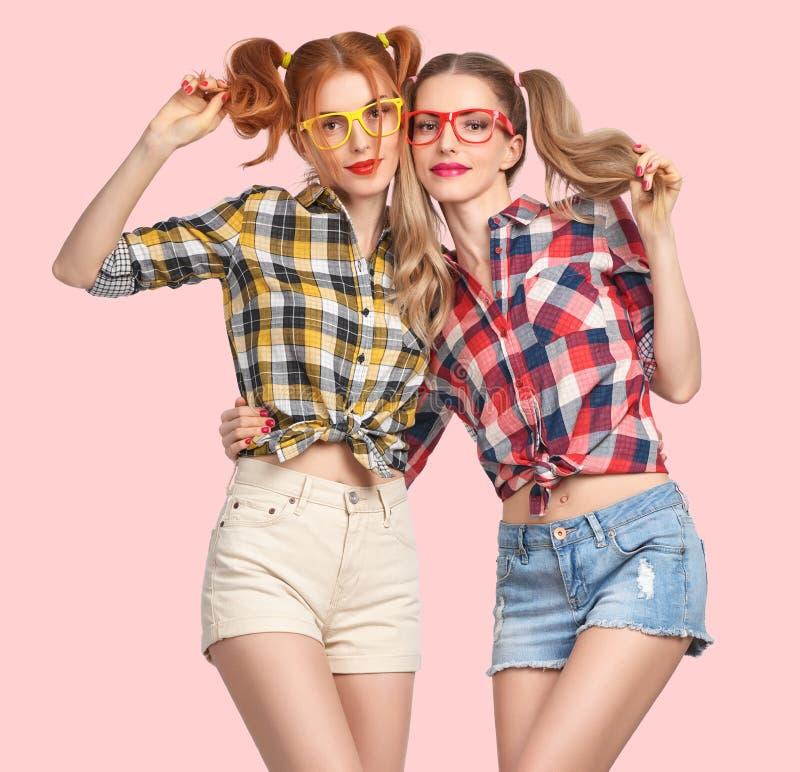 疯狂时尚滑稽的女孩获得乐趣 书呆子微笑 免版税库存照片