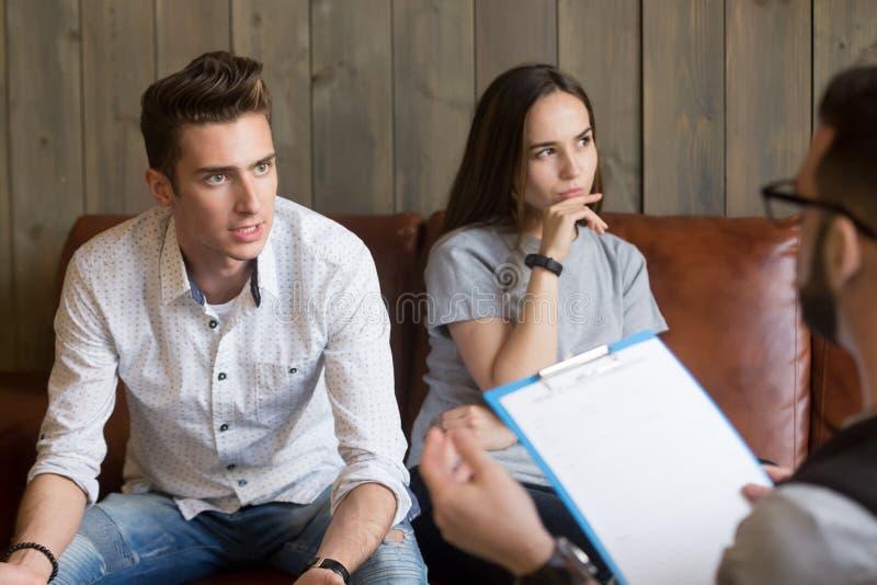 疯狂的丈夫谈论家庭问题与心理学家在期间 免版税图库摄影