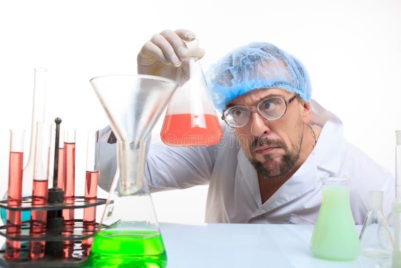 疯狂的化学家在实验室里做反应的 库存照片