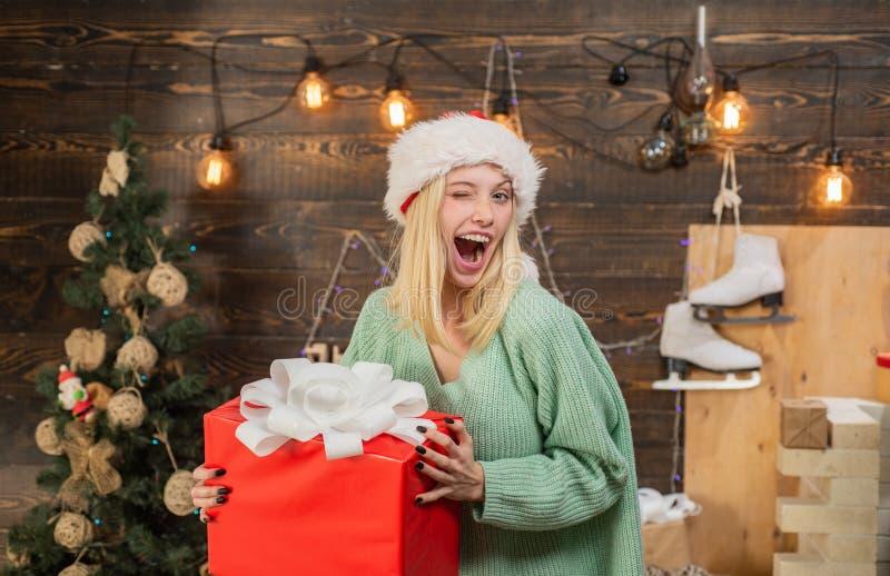 疯狂的可笑面孔 可笑的鬼脸 正面人的情感表情 装饰圣诞树的微笑的妇女 库存照片
