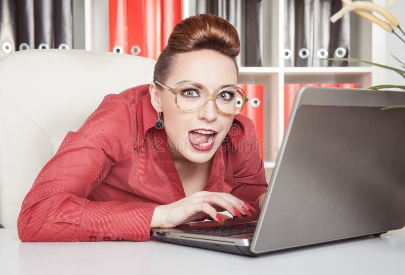 疯狂的女商人工作 免版税图库摄影