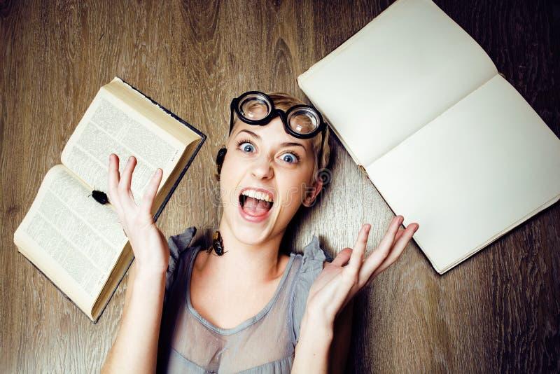 疯狂的学生女孩画象玻璃的与书和蟑螂,现代教育人民的概念,生活方式 库存图片