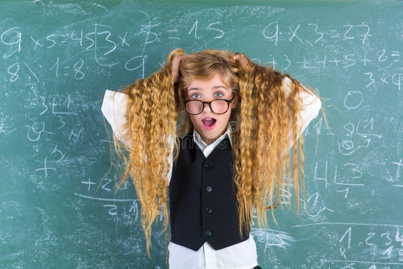 疯狂的惊奇的书呆子白肤金发的学生女孩举行头发 库存照片