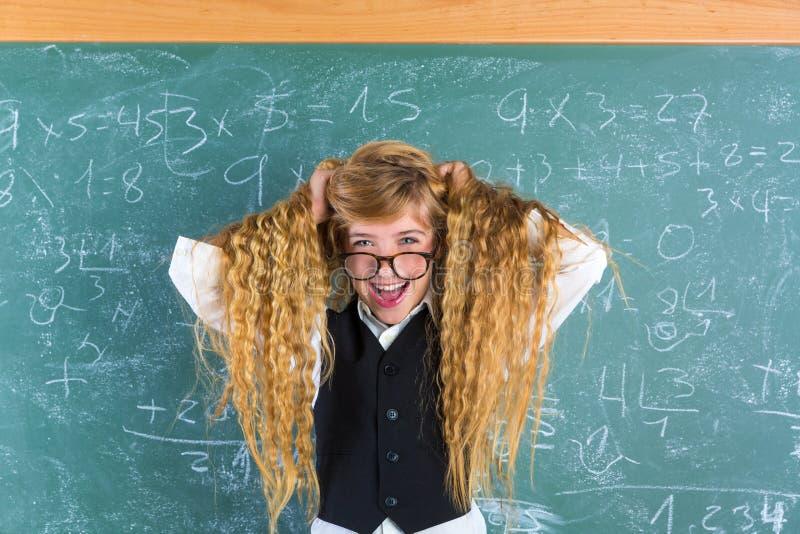 疯狂的惊奇的书呆子白肤金发的学生女孩举行头发 库存图片