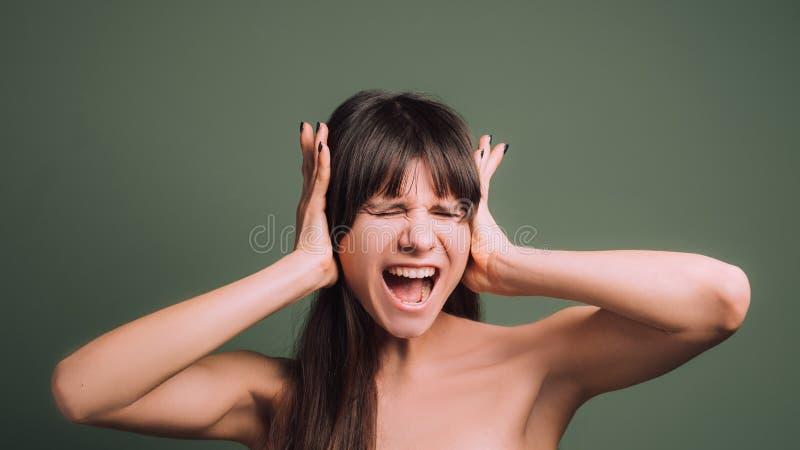 疯狂的愤怒的情感美女画象 库存图片