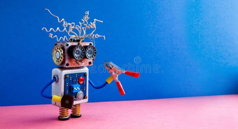 疯狂的机器人杂物工红色钳子手 滑稽的玩具靠机械装置维持生命的人电导线发型,大眼睛玻璃,电子线路 免版税库存照片