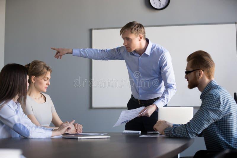 疯狂的男性ceo要求女工事假公司会议 免版税库存图片