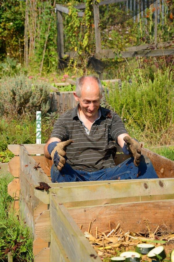 疯狂的花匠满意对他的天然肥料! 免版税图库摄影