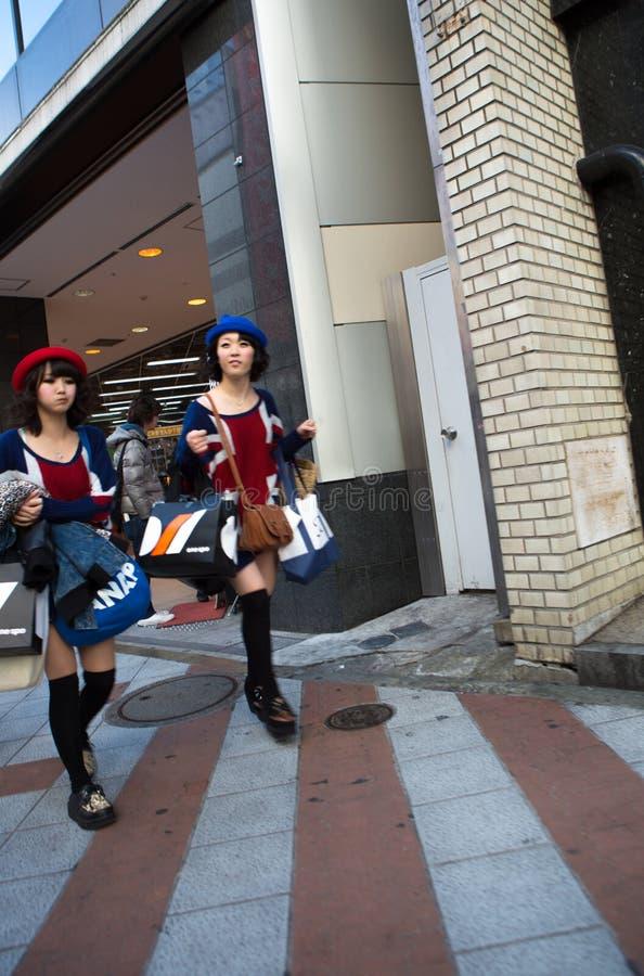 疯狂购物:冲出与袋子的妇女豪华精品店 免版税库存照片