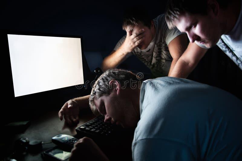 疲乏和被用尽的年轻人睡眠 库存图片