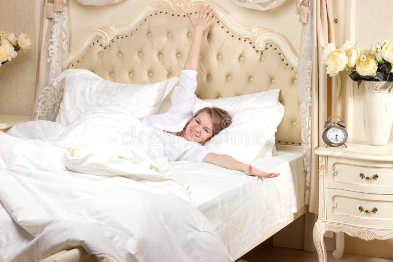 疲乏困妇女醒 库存图片