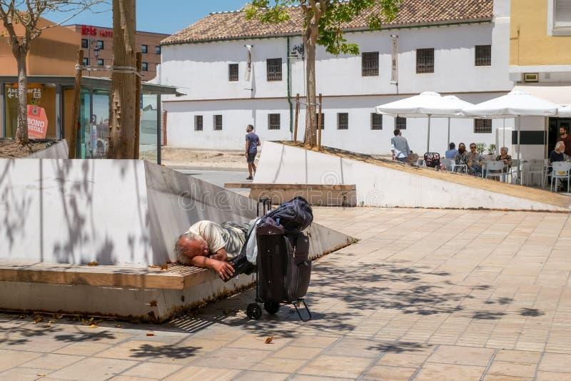 疲乏旅游睡觉在长凳 库存图片