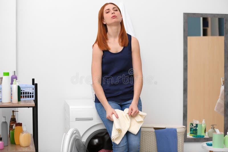 疲乏的主妇在屋子里 库存照片