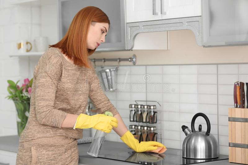 疲乏的主妇清洁厨房 库存照片