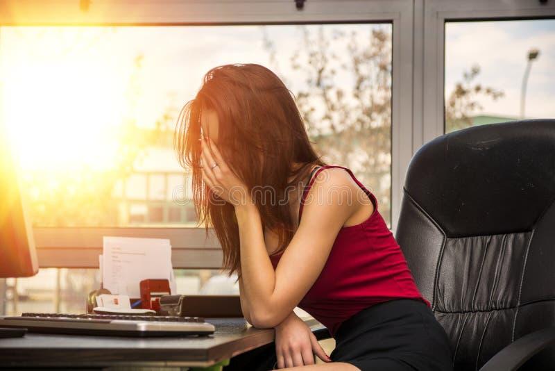 疲乏的乏味困年轻女性办公室工作者 库存照片