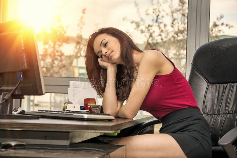 疲乏的乏味困年轻女性办公室工作者 免版税库存照片
