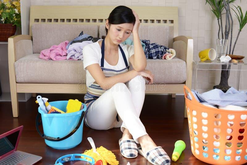 疲乏的亚裔主妇 免版税图库摄影