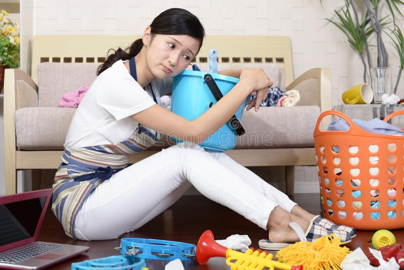 疲乏的亚裔主妇 免版税库存图片