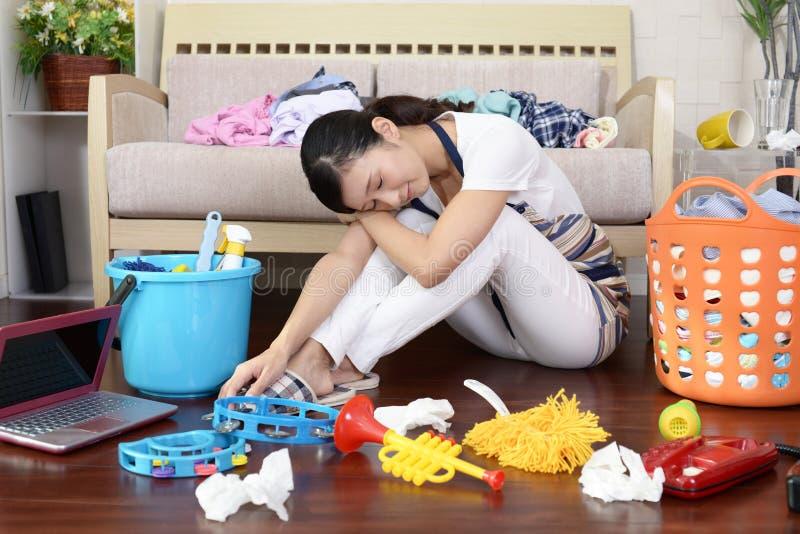 疲乏的亚裔主妇 图库摄影