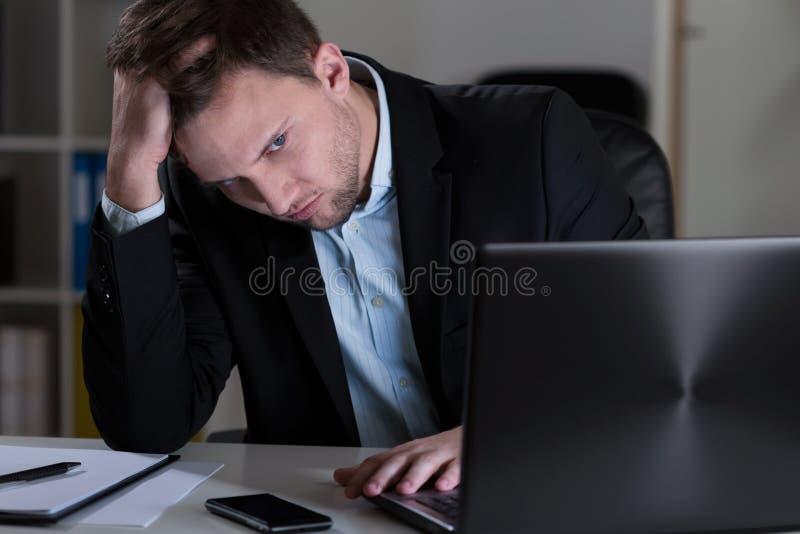 疲乏的人在办公室 库存图片