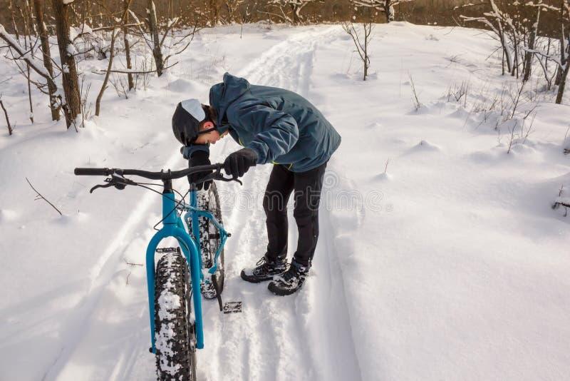 疲乏的冬天骑自行车者 库存照片