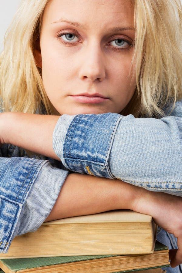 疲乏的女学生 免版税库存图片