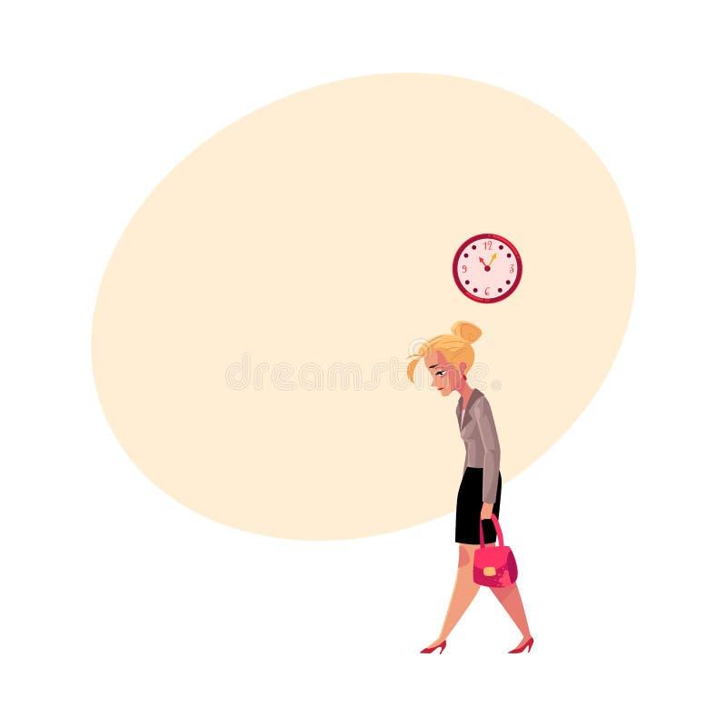 年轻疲乏的女实业家,回家在工作以后,显示时间的时钟 库存例证