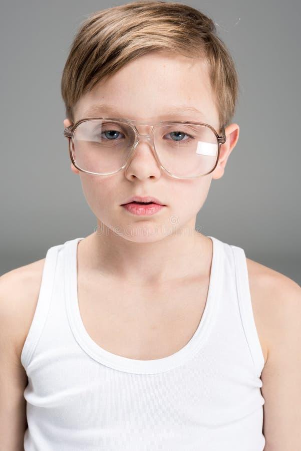 疲乏的小男孩画象玻璃的 免版税库存照片