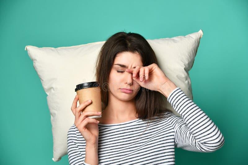 疲乏的愉快的妇女饮用的咖啡 库存照片