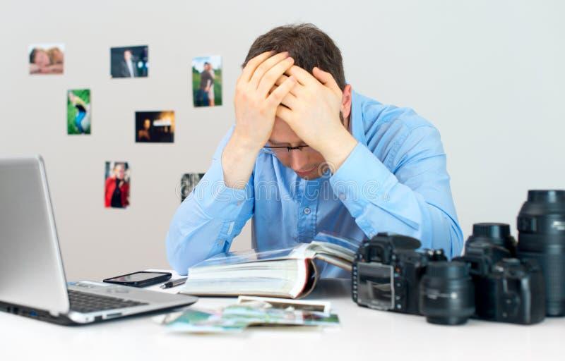 疲乏的摄影师 免版税库存照片