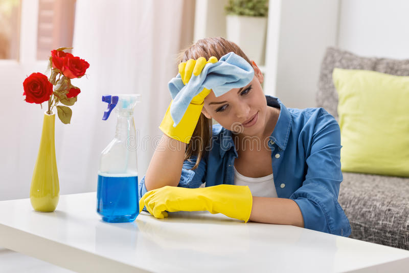 疲乏的沮丧和被用尽的妇女清洁家 免版税库存照片