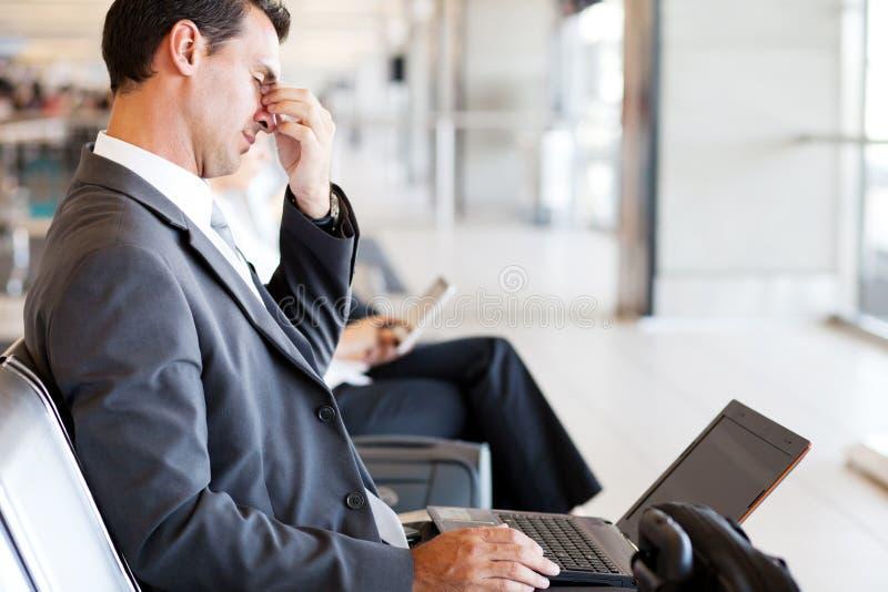 疲乏的生意人在机场 免版税库存照片