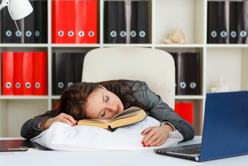 疲乏的睡觉的少妇。 免版税库存图片