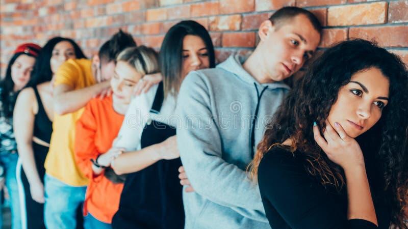 疲乏的等待的millennials排队向前耐心 免版税库存照片
