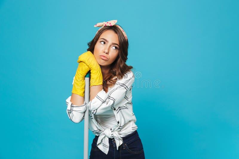 疲乏的被用尽的年轻主妇20s画象黄色橡胶的 库存照片