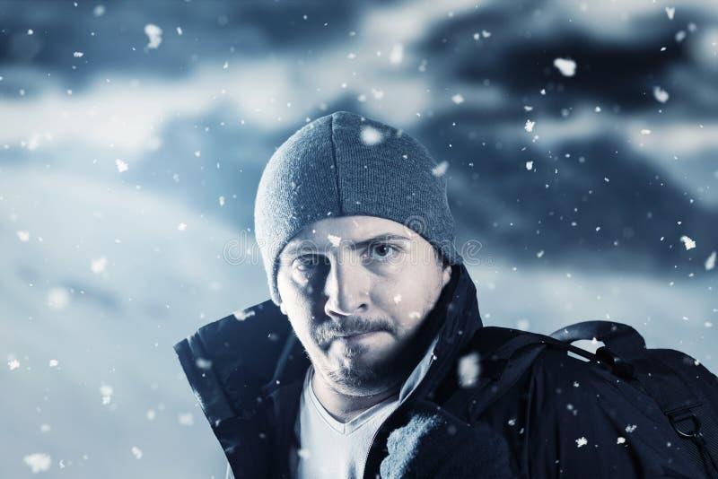 疲乏的远足者画象在被弄脏的山风景前面的我 免版税库存图片