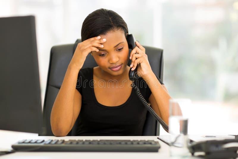疲乏的黑人女实业家 库存图片
