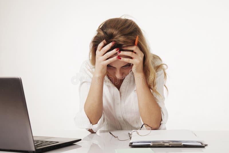 年轻疲乏,被注重的和被挫败的女商人绝望wo 免版税库存照片