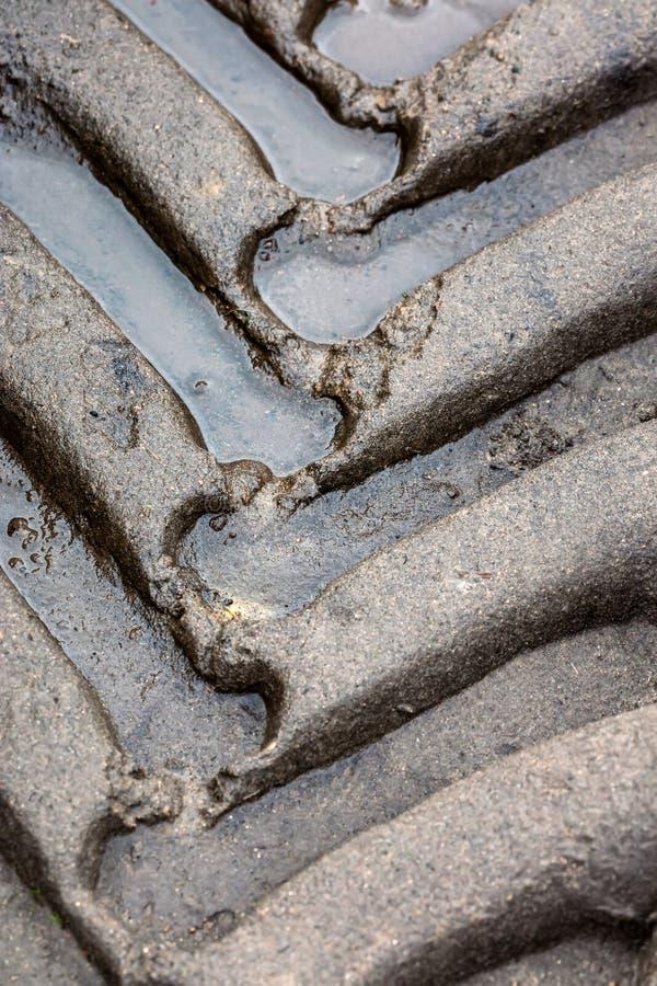 疲倦在泥泞的路的轨道在乡下特写镜头 图库摄影