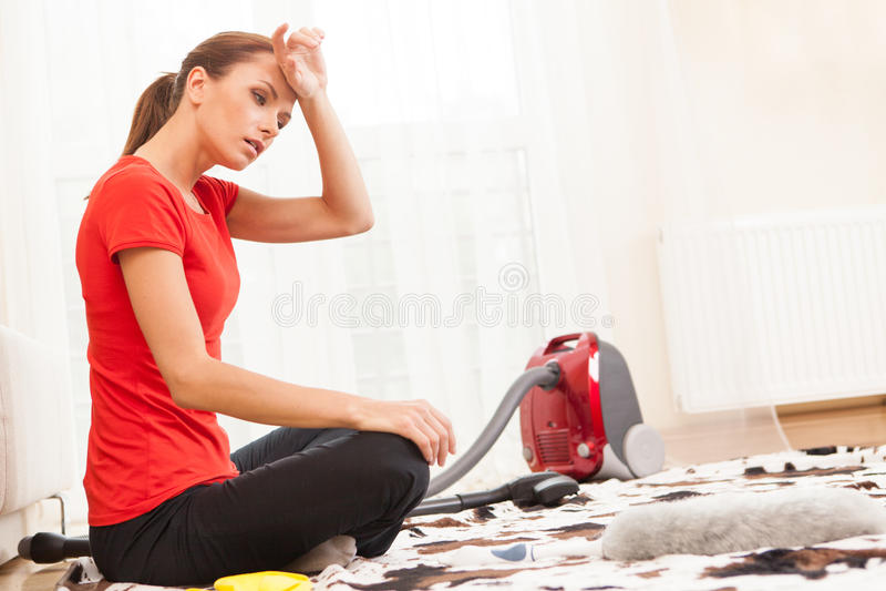 疲倦的和被用尽的女孩坐地毯 库存照片