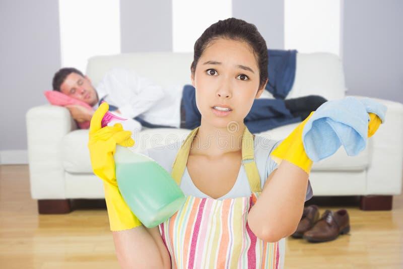 疲倦的妇女的综合图象有浪花瓶和旧布的 免版税库存照片