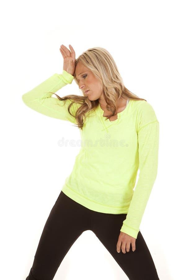 疲倦的白肤金发的妇女绿色衬衣fitnes 库存图片