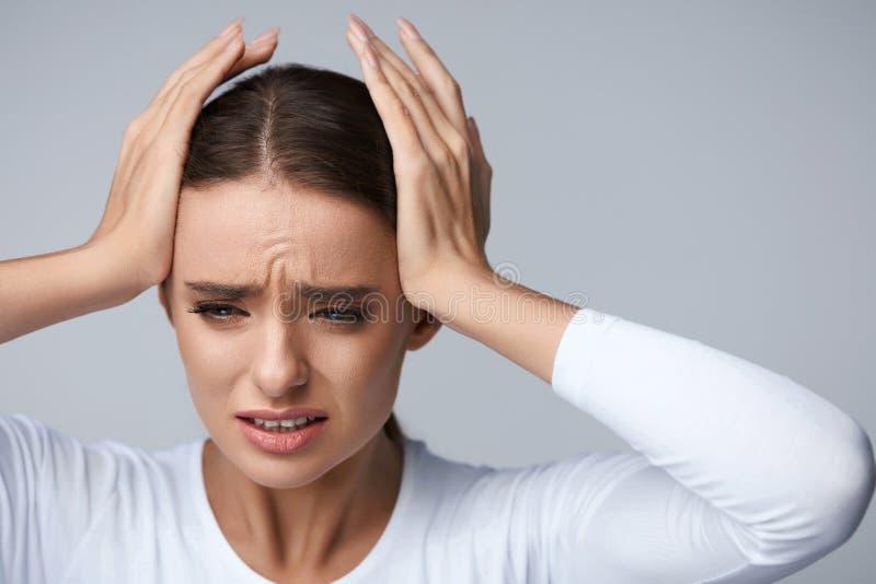 头疼痛苦 有美丽的妇女痛苦的偏头痛 健康 免版税库存图片
