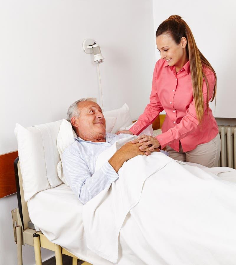 病床的女儿vising的父亲 库存图片